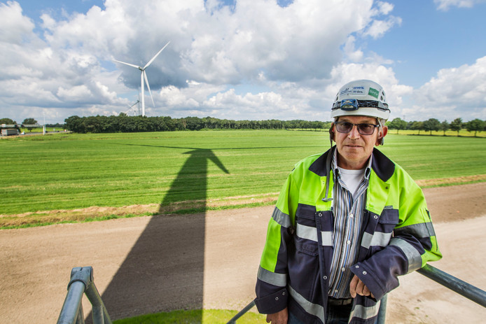 Windparkbeheerder Piet de Blaaij van Essent, kort na de plaatsing van de windmolens langs de A58.