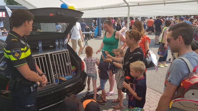 Veel bezoekers komen voor 'beroemde' politiehond in opleiding.