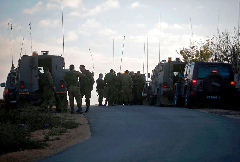 Israëlische soldaten hebben de grens met Syrië afgesloten na de aanslag met de bomauto.