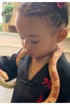 Kim Kardashian onder vuur omdat ze dochter Chicago (1 jaar) met slang laat spelen