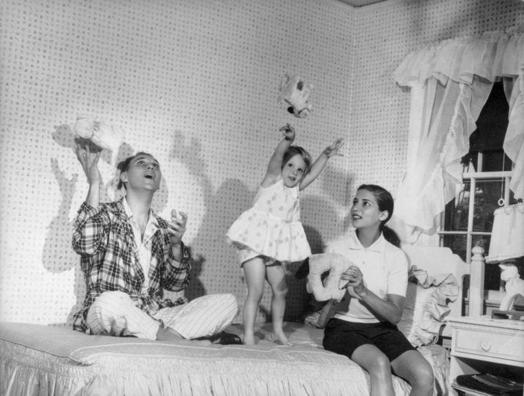 Ruth Bader Ginsburg in 1958 met haar echtgenoot Martin en hun dochter Jane.  Beeld AP