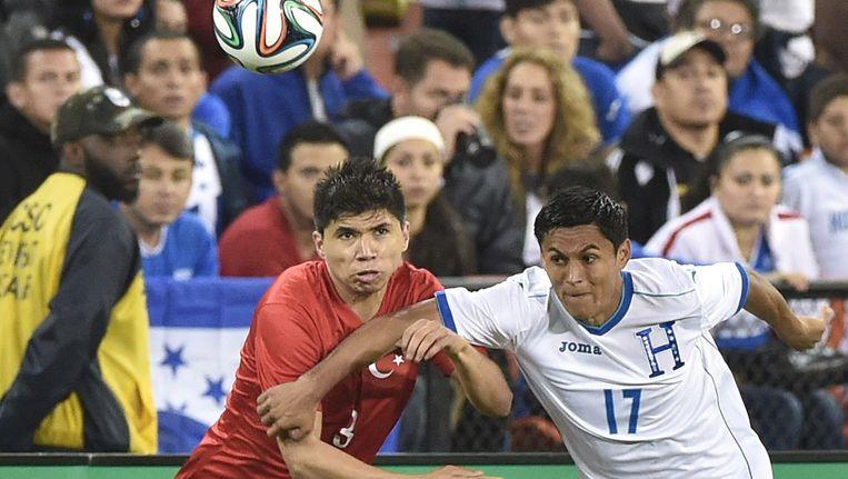 Andy Najar (rechts) in duel met Ishak Dogan.