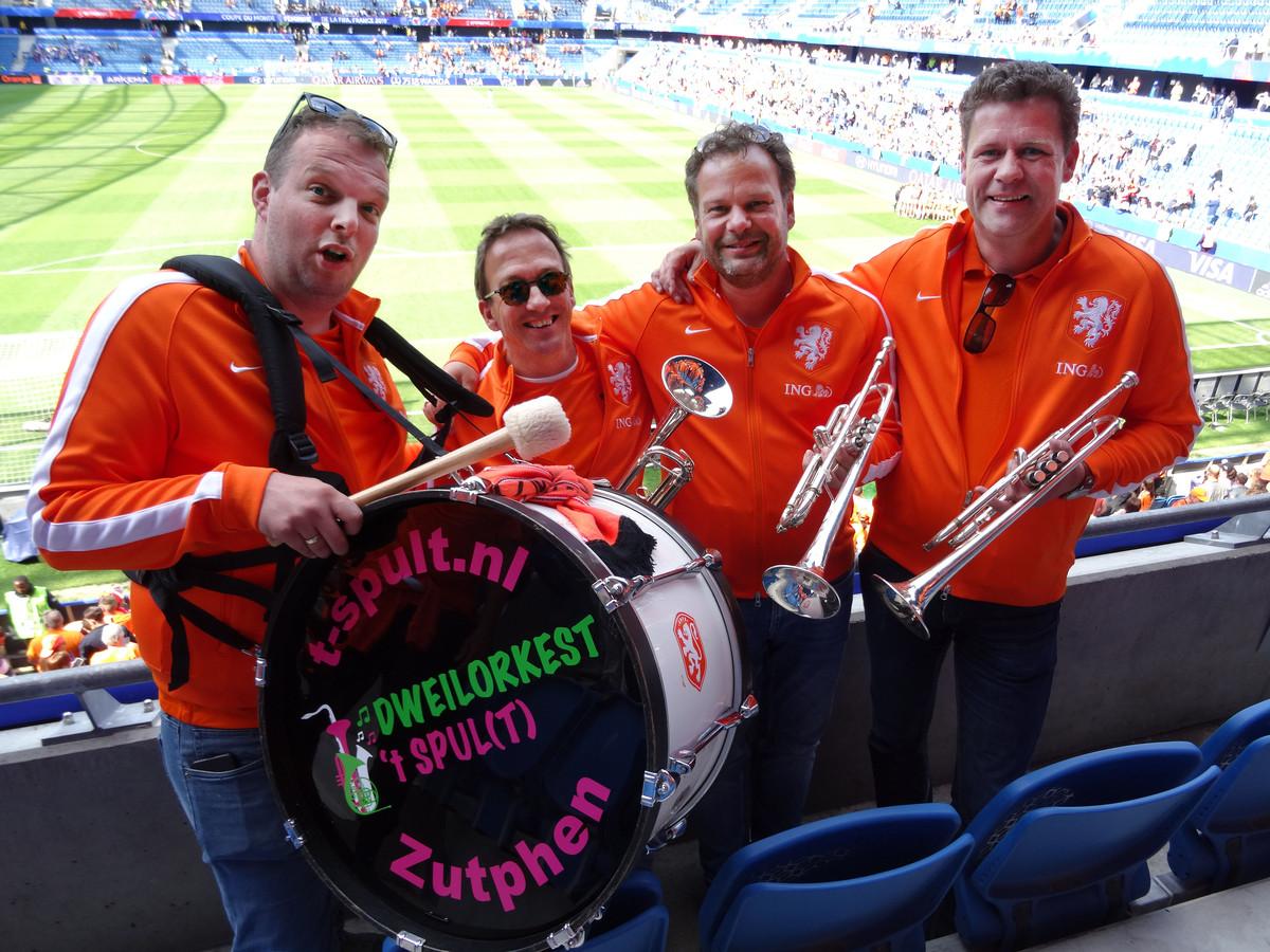 Het Zutphense dweilorkest 't Spult maakte sfeer op de tribune van het stadion in Le Havre, tijdens de eerste wedstrijd van de Oranje Leeuwinnen op het WK.