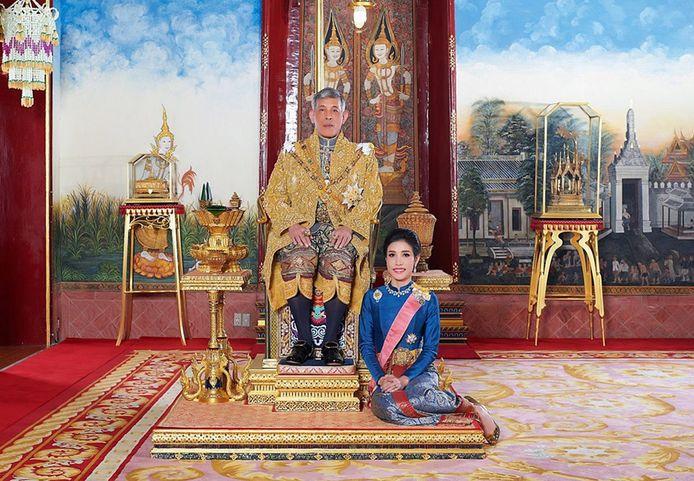 De Thaise koning met zijn minnares Sineenat Wongvajirapakdi.