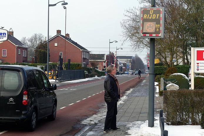 De snelheidsmeter staat voortdurend op boos als het verkeer door de Pastoor van Breugelstraat voorbij raast.