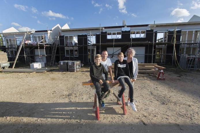 Thomas en Monique Froon met hun zonen Jesse en Ties bij hun toekomstige woning aan de Kollenburgweg in Didam.