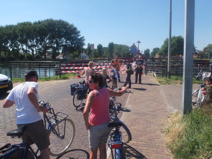 Draaibrug in Oost-Souburg was dinsdag eerst urenlang voor het wegverkeer afgesloten.