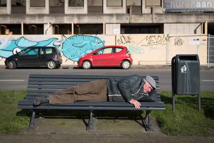 Zwerver Bertus op zijn bankje in de Arnhemse binnenstad.