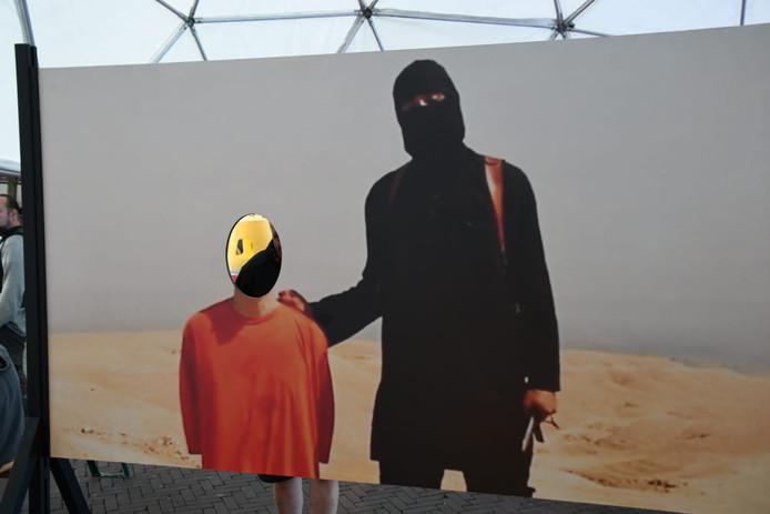 Jonge kunstenares (22) schrikt van reacties op IS-doek in Enschede