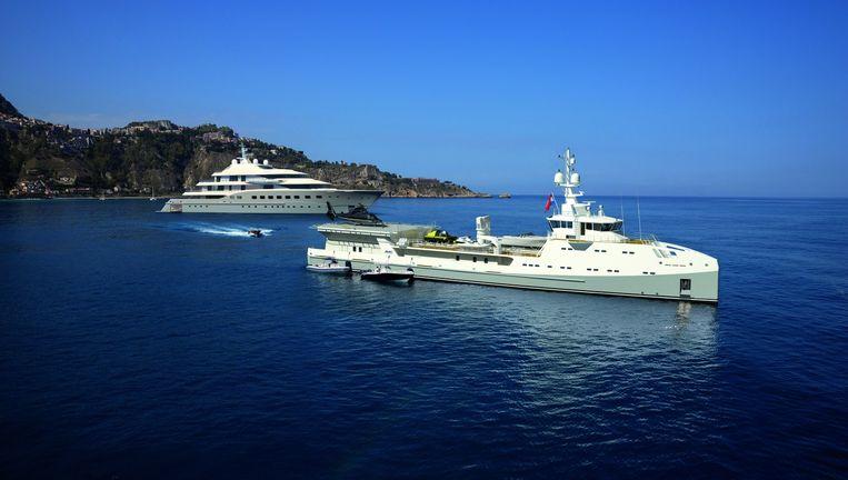 De Garçon (voorgrond), 67 meter lang, gebouwd door Damen Shipyards, is de bijboot van het superjacht ACE en biedt plaats aan een duikboot en diverse andere boten, een helikopter en jetski's. Beeld Jeff Brown