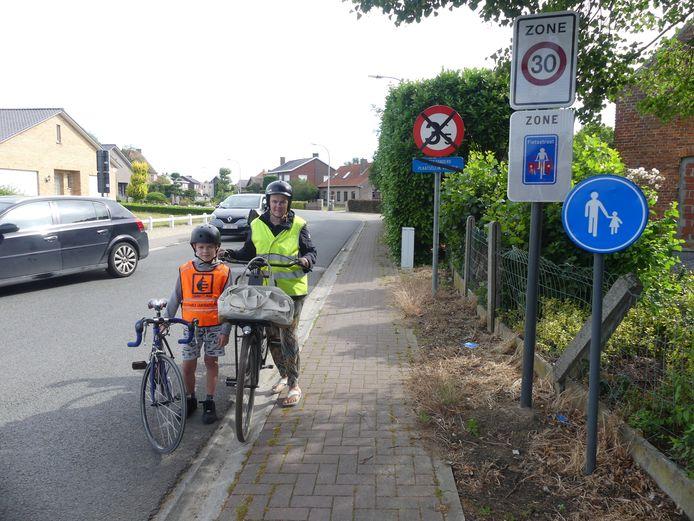 Archiefbeeld. In juni kaartten Saar Van Looveren en haar zoon Emiel Delanghe de onduidelijke verkeerssituatie in de Machelenbinnenweg aan. De fietsstraat wordt nu geschrapt.
