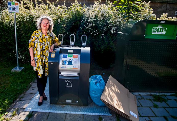 Wethouder Kirsten Jaarsma hoopt dat er niet veel boetes voor illegaal bijgeplaatst afval uitgedeeld hoeven te worden.