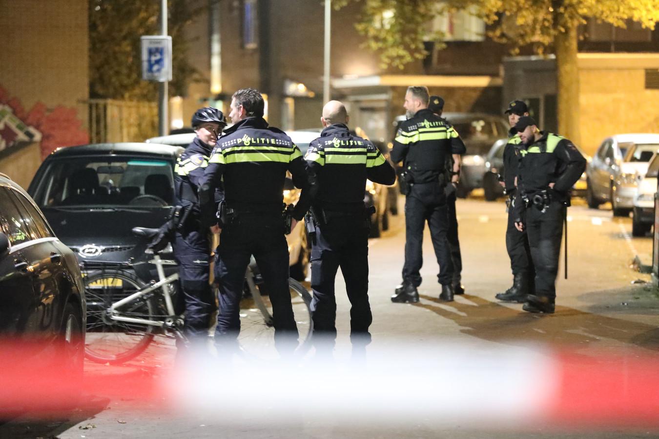 Vier mensen zijn gisteren aangehouden voor verstoring van een bijeenkomst van de actiegroep Kick Out Zwarte Piet (KOZP) in een pand in de Beatrijsstraat in Den Haag