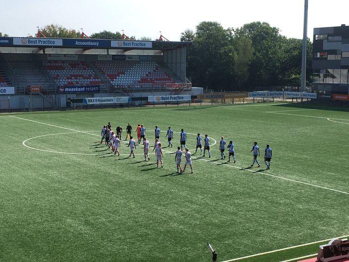 De spelers van TOP Oss en FC Eindhoven bij het betreden van het veld.