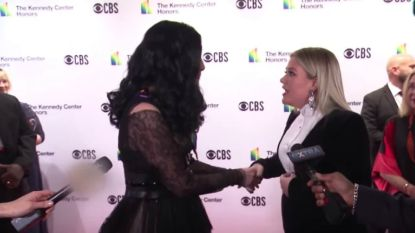 Kelly Clarkson gaat volledig uit haar dak wanneer ze Cher ontmoet