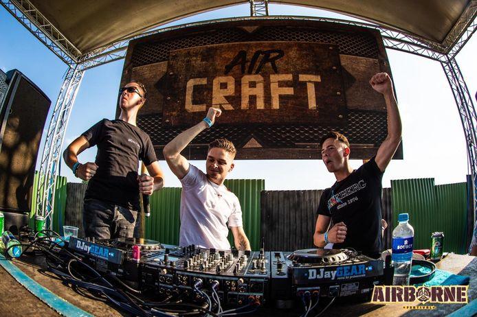 Noah Vermeulen (rechts) is samen met Lars aan het genieten tijdens een optreden als hun dj-alterego Revelation.