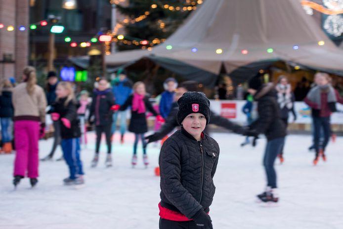 De altijd druk bezochte tijdelijke schaatsbaan in het centrum van Nijverdal is voldoende reden om hieraan op 22 december een koopzondag te koppelen.