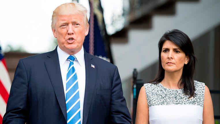 Donald Trump en de Amerikaanse VN-ambassadeur Nikki Haley tijdens een persconferentie in de Trump National Golf Club in Bedminster, New Jersey.