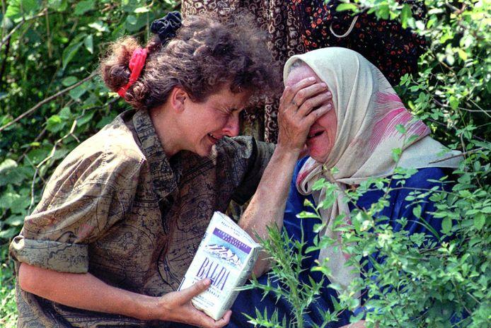 Rouwende weduwen van vermoorde mannen in Srebrenica