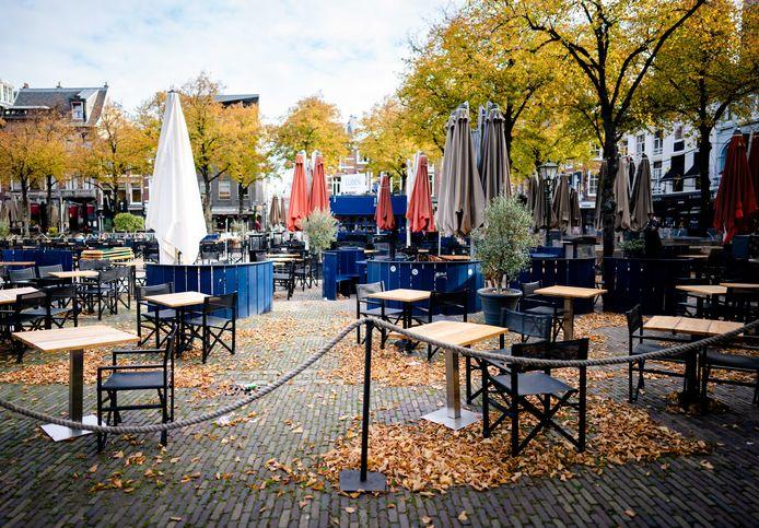- Een leeg terras van Cafe Luden op het Plein in Den Haag. Op het terras werd uitbundig feest gevierd vlak voor het moment dat de horeca voor vier weken dicht moet.