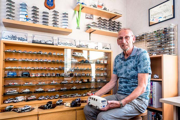 Waar je ook kijkt in het huis van Arie van Wingerden: er staan miniatuurauto's. Het zijn allemaal kleine modellen van politiewagens.