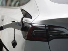 Duitser steelt stroom voor Tesla pal naast politiebureau