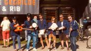 Organisatoren Hotspot spannen tractor voor hun kar  om festival bekend te maken
