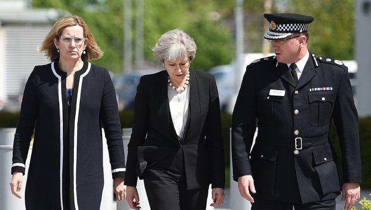 Premier Theresa May, minister van Binnenlandse Zaken Amber Rudd en politiechef Ian Hopkins arriveren bij het hoofdkwartier van de politie in Manchester. Beeld afp