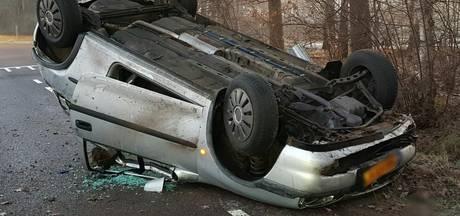 Auto over de kop bij Buurse, bestuurder ongedeerd