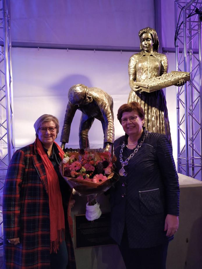 Burgemeester Marina van der Velde en wethouder Yvonne Peters hebben in nieuwbouwwijk De Oevers in Roelofarendsveen een beeld onthuld van Romee Kanis.