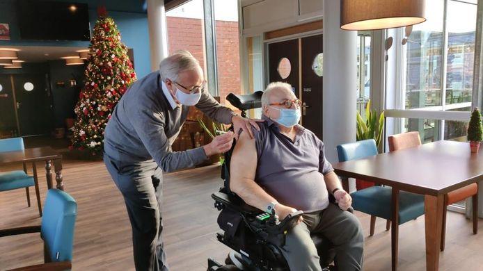 Schepen Rudy Coddens vaccineert eigenhandig een bewoner van een stedelijk WZC.