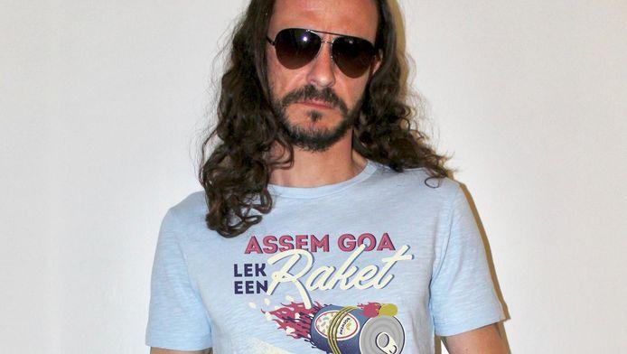 Tijs Vanneste - artiestennaam Jef Van Echelpoel - met een t-shirt met de slogan 'Assem goa lek een raket, dan hedde Boewene gefret'.