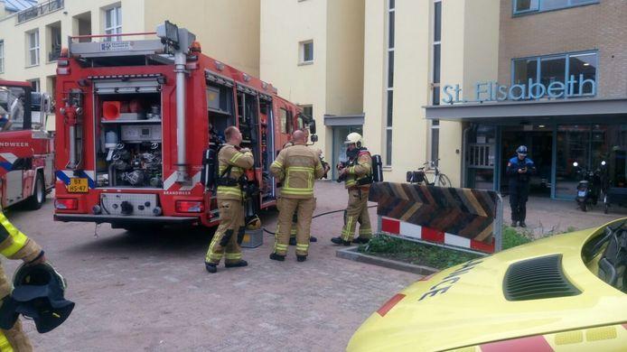 Meerdere brandweerwagens zijn ter plaatse bij woonzorgcomplex St. Elisabeth in Zutphen.