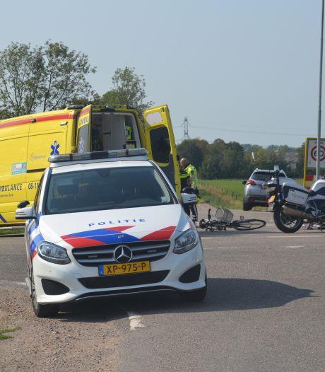 Fietsster gewond naar het ziekenhuis na aanrijding met auto in Deest