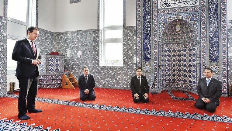 Lodewijk Asscher luistert naar een kort gebed van de Imam, tweede van rechts. Suleyman Gelik, de voorzitter van de moskee, zit naast de minister. Beeld Guus Dubbelman / de Volkskrant