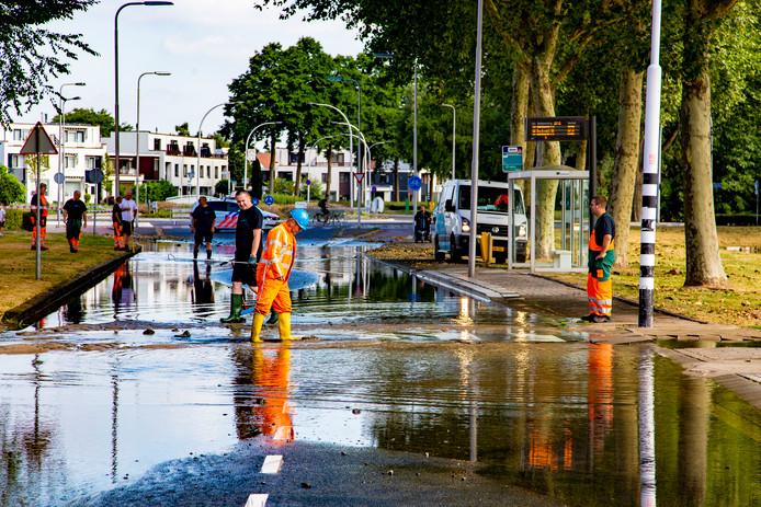 Waterbedrijf Oasen is nog heel de dag bezig met herstelwerkzaamheden in de Zwijndrechtse Merelstraat.
