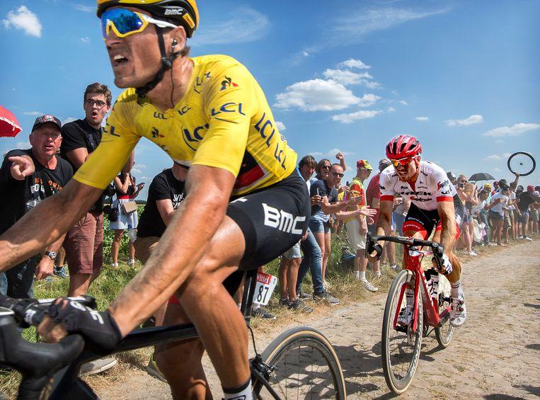 John Degenkolb, de latere winnaar, in de kopgroep in het wiel van Greg Van Avermaet in de loodzware negende etappe naar Roubaix. Beeld Klaas Jan van der Weij / de Volkskrant
