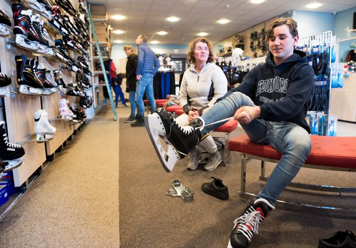 474dc904fcc Nog gauw even schaatsen kopen bij schaatsshop Collard bij de Vechtsebanen  aan de Missisippidreef, voordat