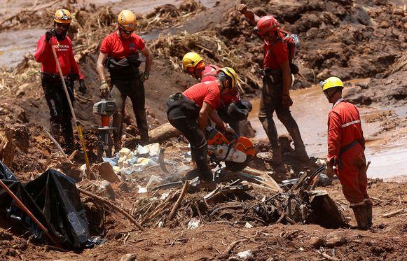 Reddingswerkers zoeken nog altijd naar de lichamen van 122 vermisten.