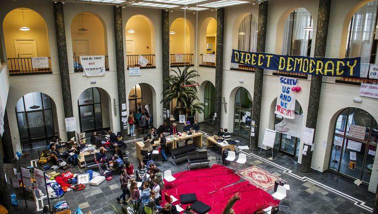Actievoerende studenten in het bezette Maagdenhuis, een pand van de Universiteit van Amsterdam (UvA), een dag voor de landelijke actiedag. Beeld anp