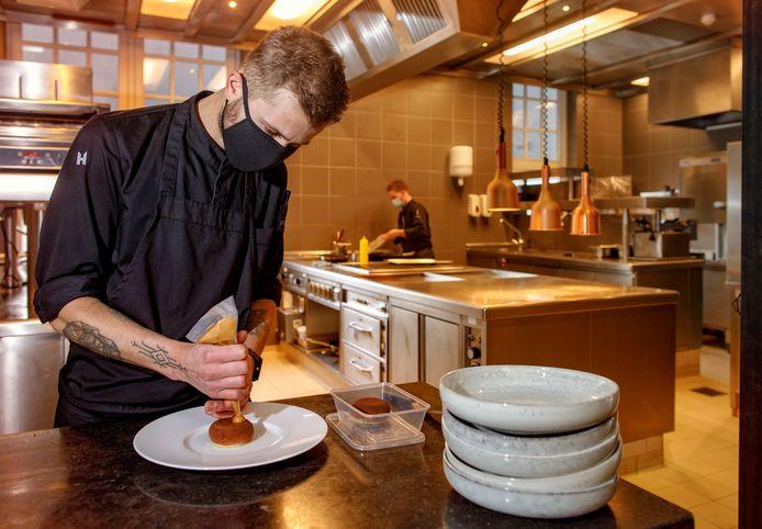Bij Noble wordt er gewerkt aan het dessert van speculaas en mandarijn.