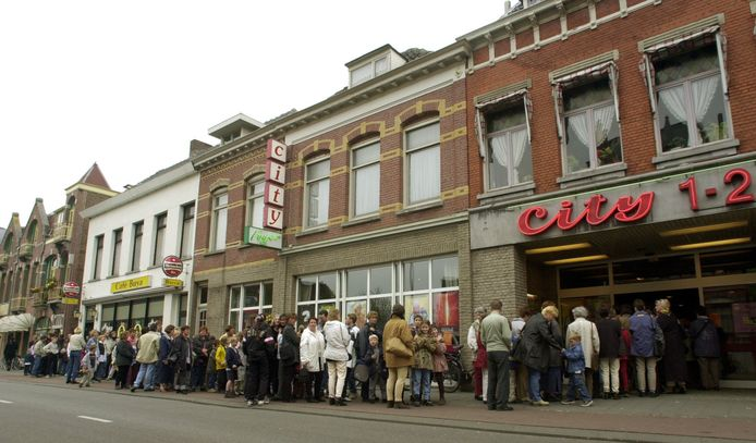 Lange rij voor de bioscoop in 2000.