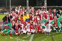 Terry Lartey Sanniez (rechtsonder) viert het kampioenschap van Jong Ajax in een shirt met de afbeelding van zijn vriend Abdelhak Nouri.