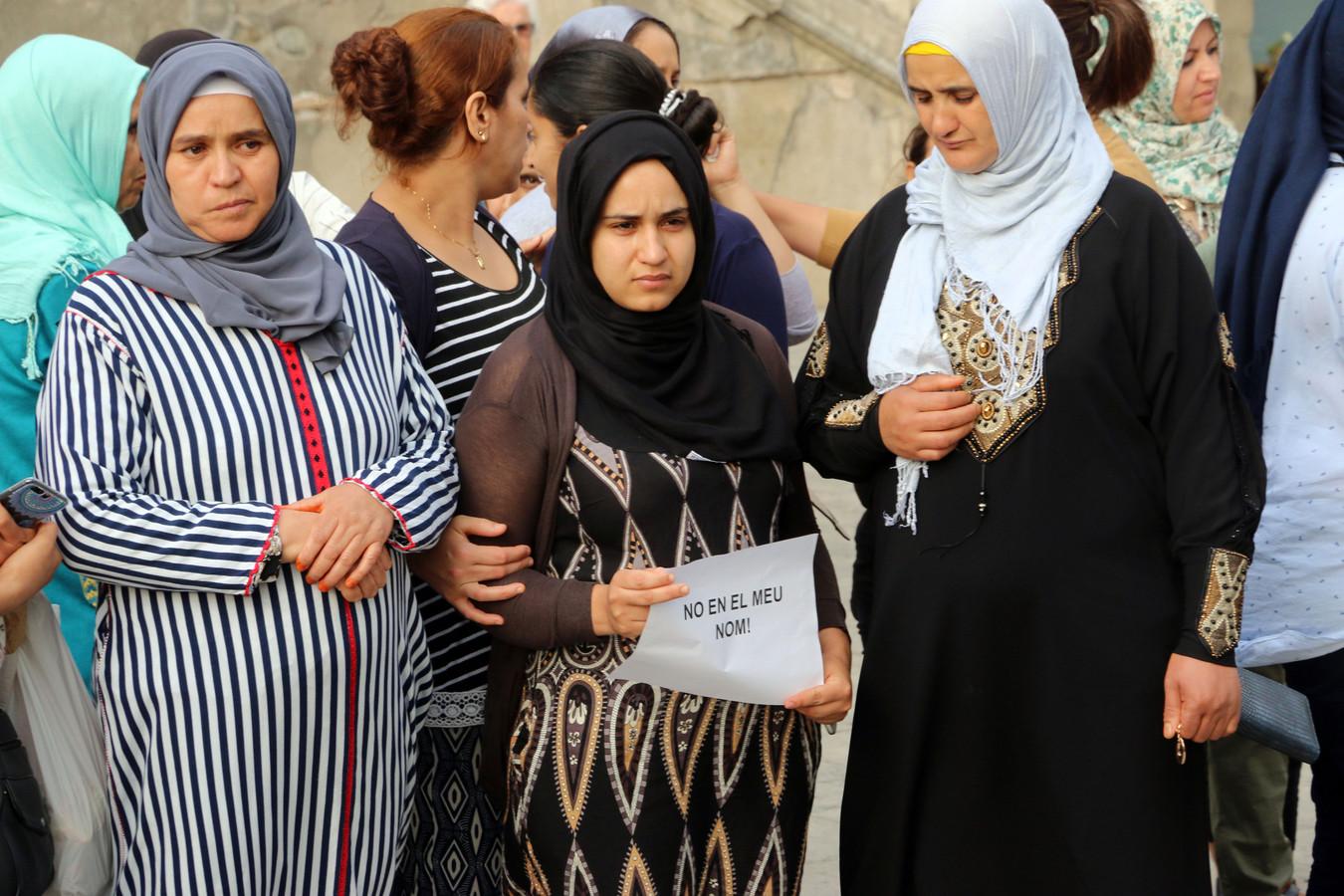 Hanou (l), de moeder van voortvluchtige Younes Abouyaaqoub, was een van de aanwezigen.