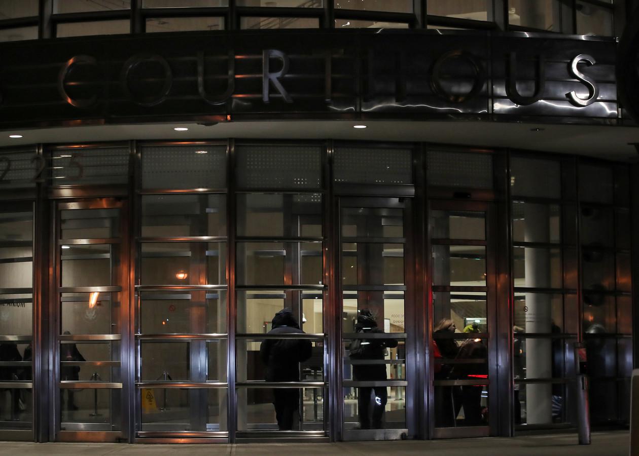 Journalisten wachten op de uitkomst van de beraadslaging in het gerechtsgebouw in Brooklyn.
