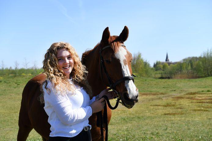 Mila Theuns is jong en woont in Waspik. Hier staat ze op de foto met  haar paard Tatancka in natuurgebied de Veste.
