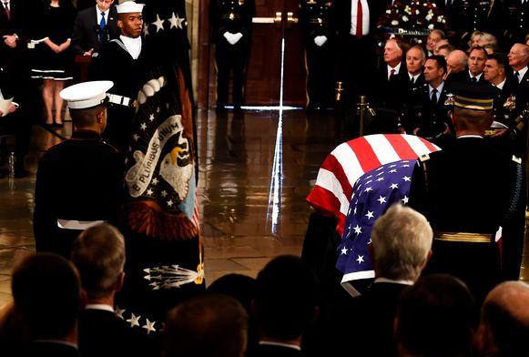 Het lichaam van de overleden president Bush wordt het Capitool binnengebracht.