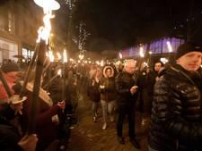 Duizenden betogers tegen gaswinning trekken met fakkels door Groningen