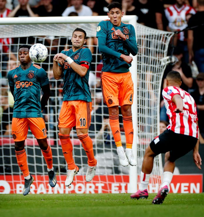 Mohamed Ihattaren schiet de bal langs de Ajax-muur.