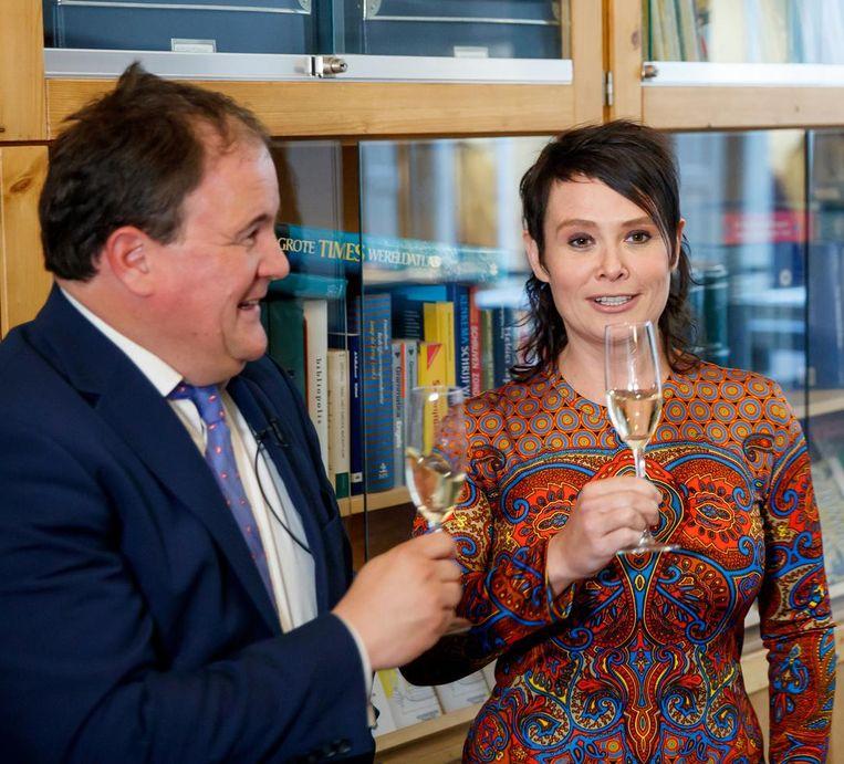 Griet op de Beeck wordt gepresenteerd als de Boekenweekauteur voor de 83ste Boekweek 2018 door stichting CNPB directeur Eppo van Nispen. Beeld null